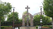 Pomnik Jana Pawła II w Ploermel przeniesiony na teren prywatny. Powodem krzyż