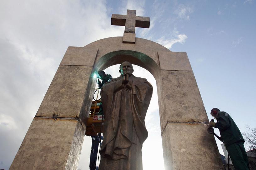 Pomnik Jana Pawła II w Ploermel /DAVID ADEMAS  /AFP