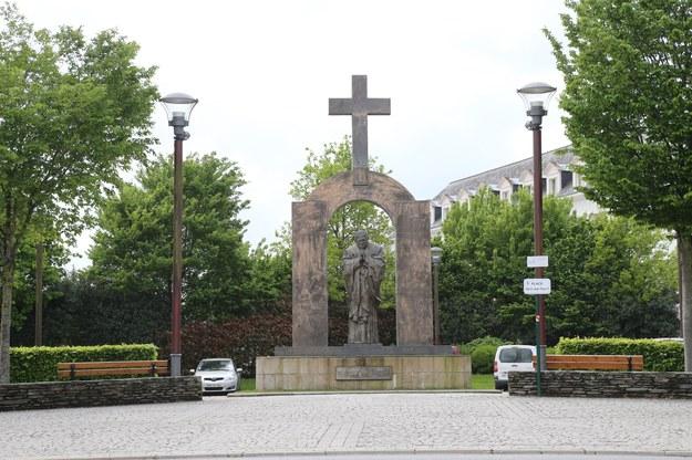Pomnik Jana Pawła II w Ploermel /Bruno Perrel/Panoramic /PAP/EPA