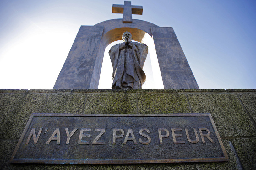 Pomnik Jana Pawła II w Ploermel /REUTERS/Stephane Mahe /Agencja FORUM