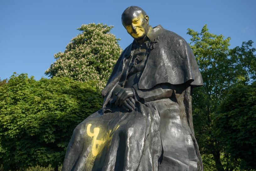 Pomnik Jana Pawła II zdewastowany w nocy z wtorku na środę (z 19 na 20 maja) w Toruniu /Lukasz Piecyk /Reporter