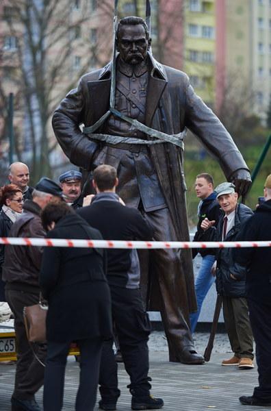 Montaż pomnika Józefa Piłsudskiego w centrum Gdyni