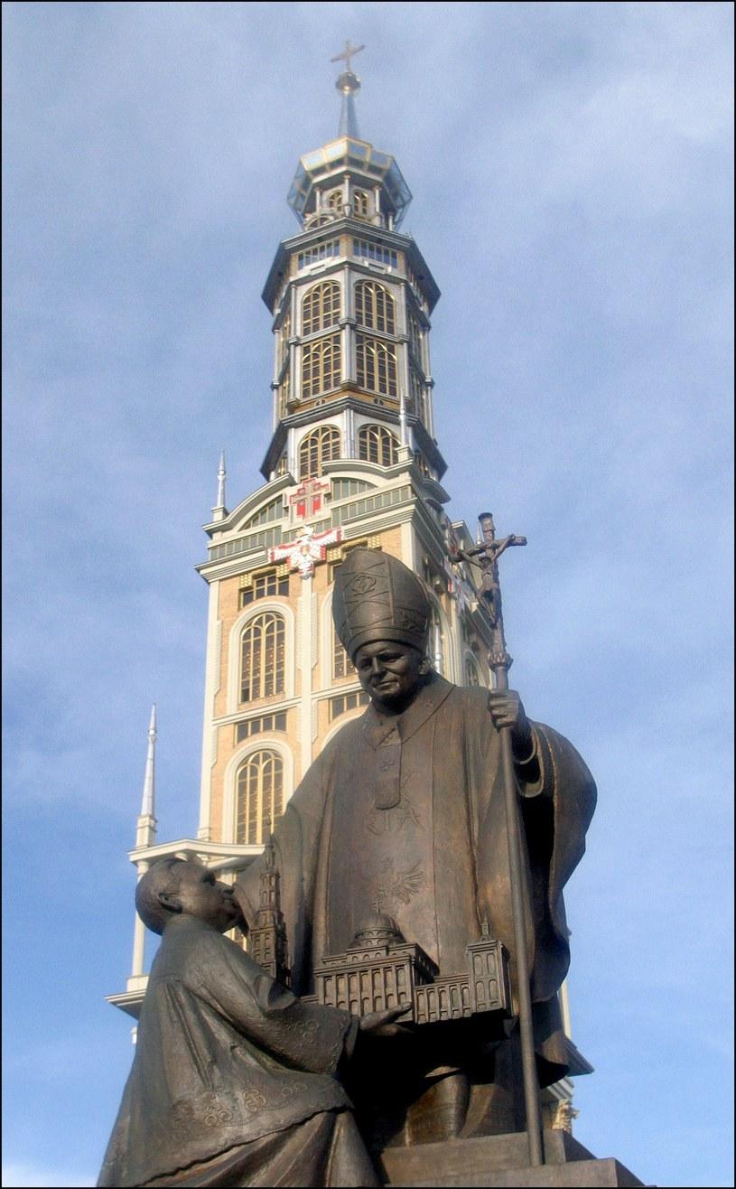 Pomnik ks. Eugeniusza Makulskiego i Jana Pawła II przez świątynią w Licheniu / Daniel Pach / Forum    /FORUM