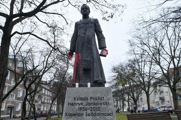 Pomnik ks. Henryka Jankowskiego oblany czerwoną farbą /Marcin Gadomski /PAP