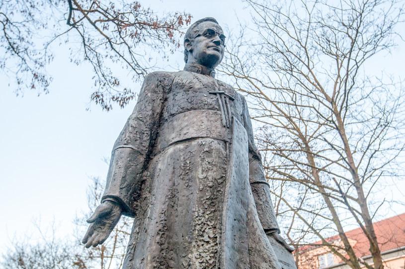 Pomnik ks. Henryka Jankowskiego oblany farbą /Piotr Hukało /East News