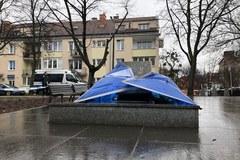Pomnik księdza Jankowskiego powalony