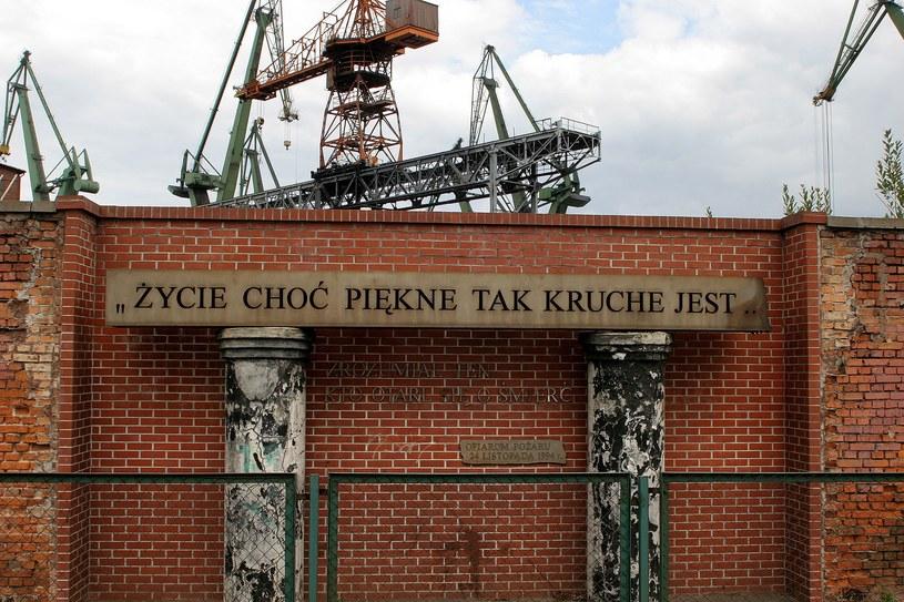 Pomnik, który stoi na miejscu spalonej hali stoczni /Przemyslaw Kozlowski /Agencja FORUM