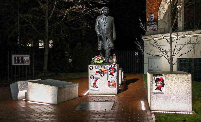 Pomnik Lecha Kaczyńskiego w Szczecinie obklejono plakatami Strajku Kobiet oraz z podobizną Wojciecha Jaruzelskiego /Marcin Bielecki /PAP