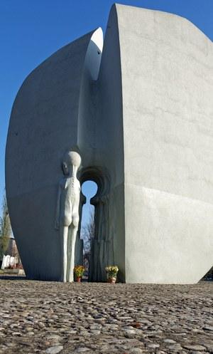 Pomnik Martyrologii Dzieci zwany Pomnikiem Pękniętego Serca - park Szarych Szeregów w Łodzi /Dawid Lasociński /Agencja FORUM