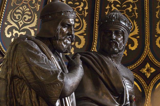 Pomnik Mieszka I i Bolesława Chrobrego we wnętrzu katedry poznańskiej /Dawid Tatarkiewicz /East News