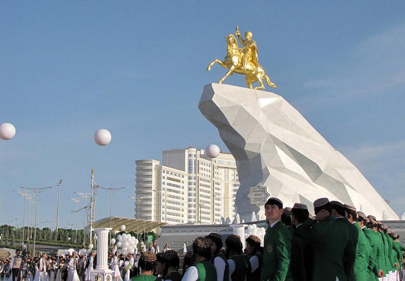 Pomnik na cześć prezydenta Turkmenistanu /AFP