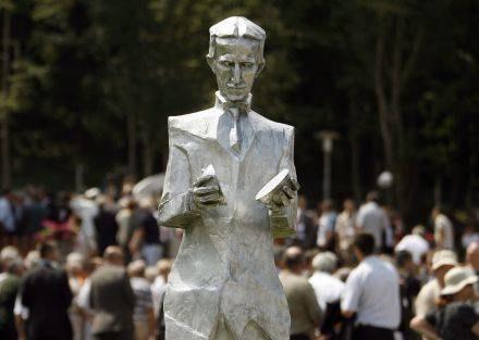 Pomnik naukowca w jego rodzinnej miejscowości /AFP