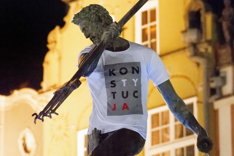 """Pomnik Neptuna w koszulce z napisem """"konstytucja"""" / Łukasz Dejnarowicz  /FORUM"""