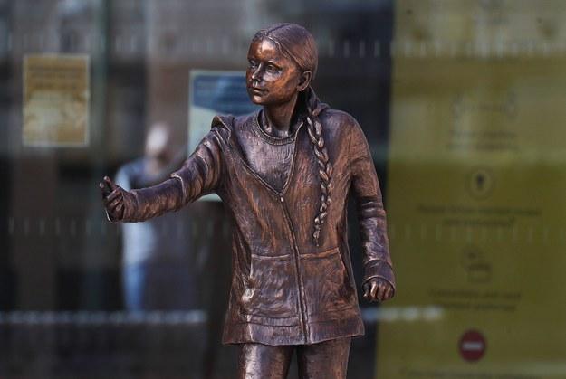 Pomnik odsłonięty na Uniwersytecie w Winchester w południowej Anglii to prawdopodobnie pierwsza na świecie rzeźba Grety Thunberg /Andrew Matthews /PAP/EPA