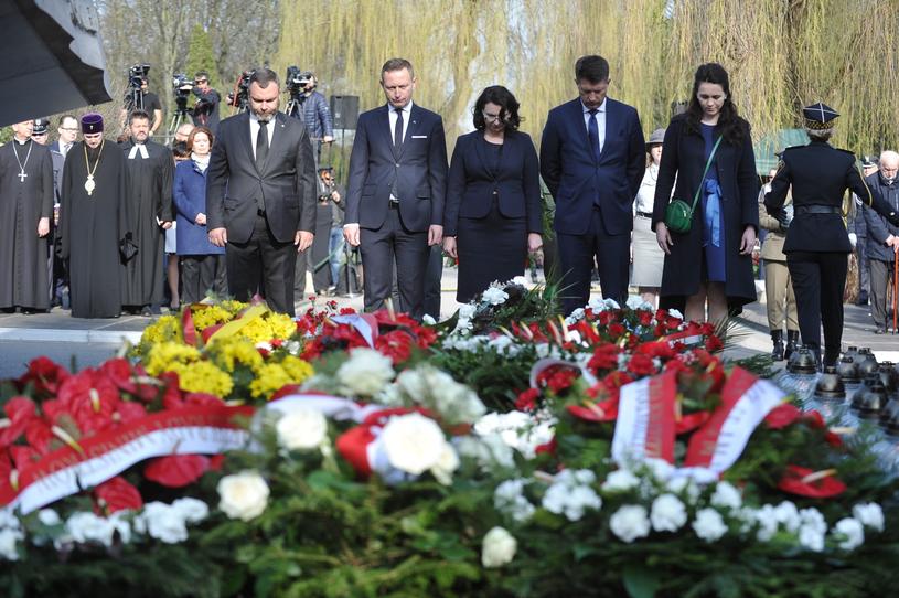 Pomnik Ofiar Katastrofy Smoleńskiej na Cmentarzu Wojskowym na Powązkach /PAP