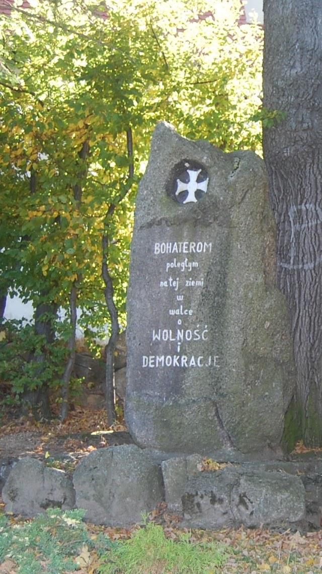 Pomnik po II wojnie: Nazwiska usunięto zastępując jej napisem z białej farby /Odkrywca