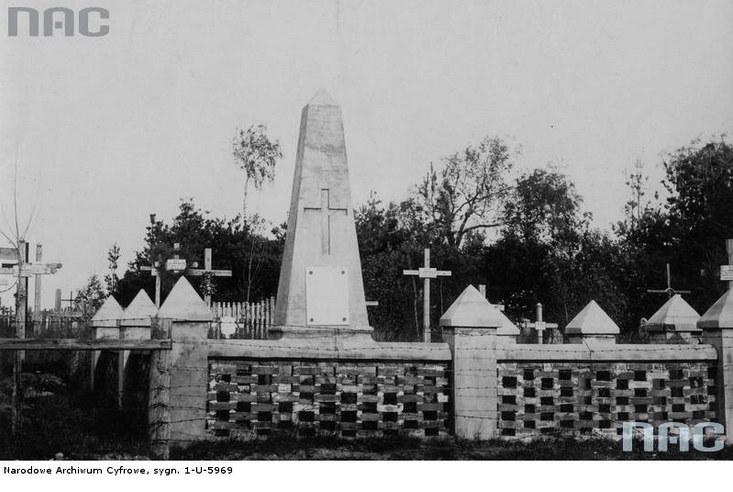 Pomnik poległym policjantów na cmentarzu w Stołpcach /Z archiwum Narodowego Archiwum Cyfrowego