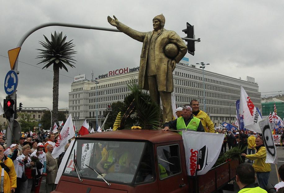 """Pomnik premiera Donald Tuska przygotowany przez """"Solidarność"""" /Radek Pietruszka /PAP"""