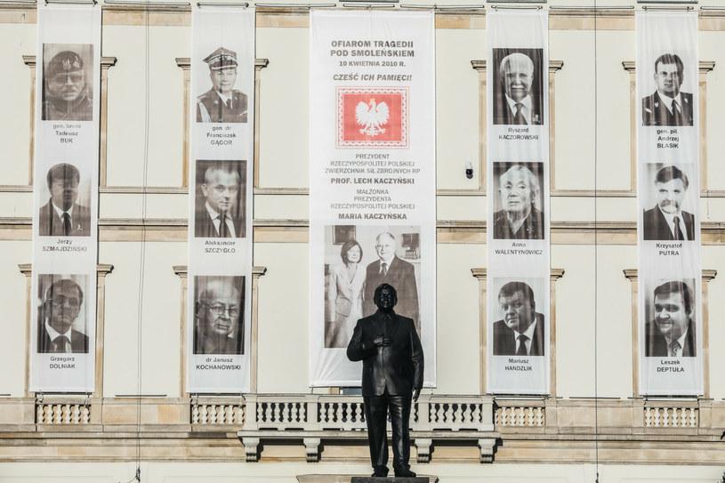 Pomnik prezydenta Lecha Kaczyńskiego, a w tle portrety ofiar katastrofy smoleńskiej /Adam Burakowski /East News