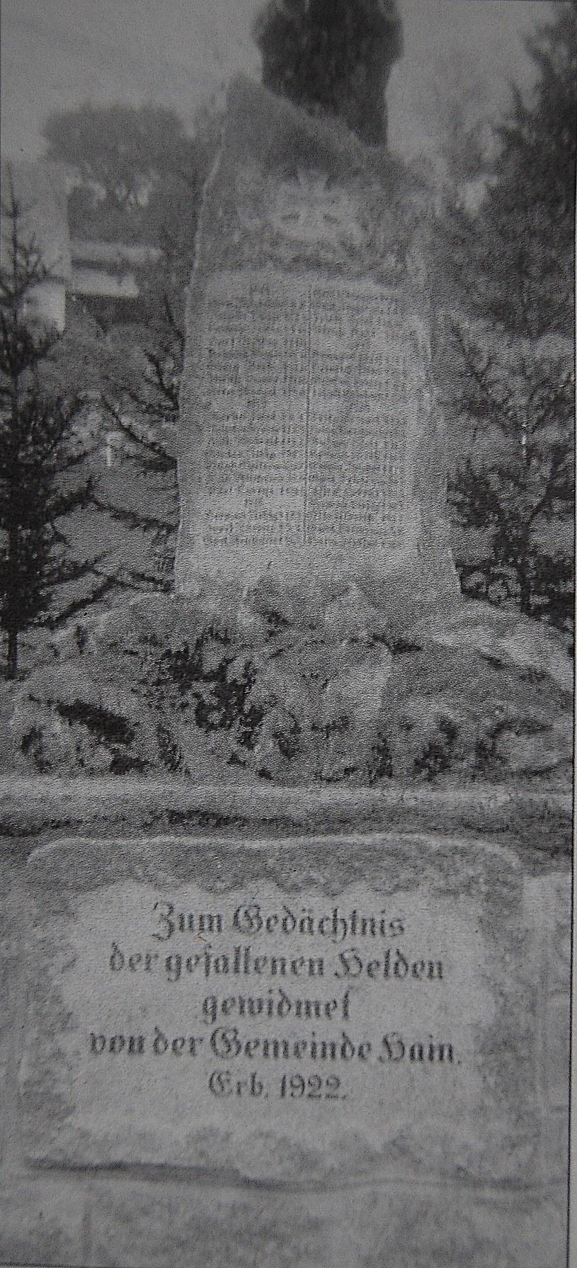 Pomnik przed II wojną: Z wyrytymi nazwiskami poległych mieszkańców wsi /Odkrywca