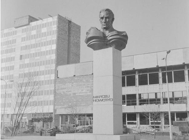 Pomnik przed Zakładami Mechanicznymi im. Marcelego Nowotki na Woli w Warszawie, zdj. z 1973 /Ze zbiorów Narodowego Archiwum Cyfrowego
