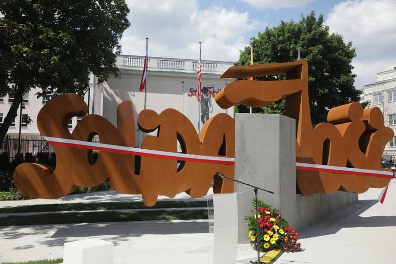 """Pomnik przedstawia fragmenty muru berlińskiego, połączone napisem """"Solidarność"""". / Jakub Kamiński    /East News"""