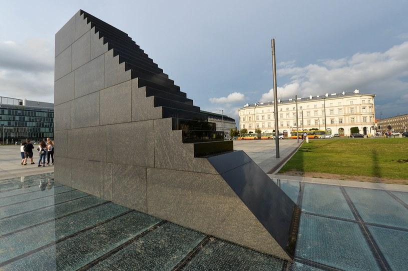 Pomnik smoleński na pl. Piłsudskiego w Warszawie /Gerard /Reporter