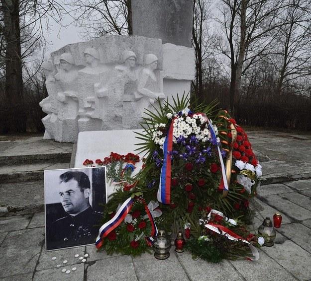 Pomnik sowieckiego gen. Iwana Czerniachowskiego w Pieniężnie /Piotr Płaczkowski /Reporter