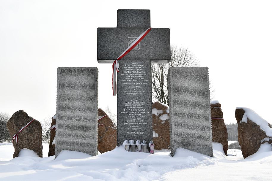 Pomnik upamiętniający mord mieszkańców polskiej miejscowości Huta Pieniacka na Ukrainie /Darek Delmanowicz /PAP