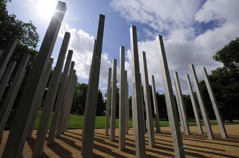 Pomnik upamiętniający ofiary ataków terrorystycznych (zdjęcie zrobione przed incydentem) /FRANTZESCO KANGARIS /AFP