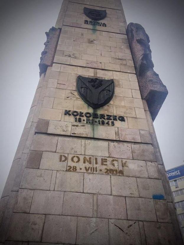 Pomnik Wdzięczności Armii Czerwonej w Szczecinie z domalowanym napisem /Agnieszka Łuczkowska /RMF