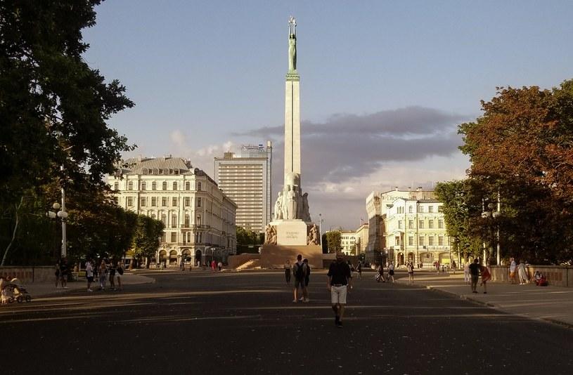 Pomnik Wolności w Rydze to jeden z symboli miasta. Monumentalna postać kobiety stojąca na obelisku dzierży w dłoniach trzy gwiazdy - symbolizują one trzy historyczne regiony państwa /Karolina Iwaniuk  /archiwum prywatne