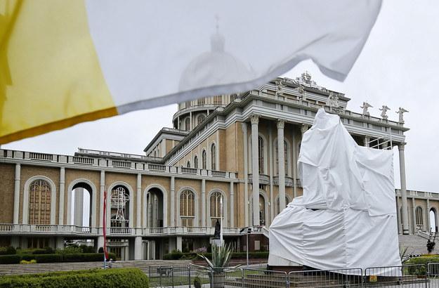 Pomnik z postacią kustosza był przez jakiś czas zasłonięty /Tomasz Wojtasik /PAP