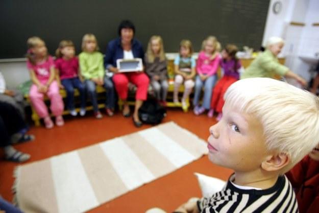 Pomoc dzieciom w wypełnianiu obowiązku szkolnego gwarantują gminy /AFP
