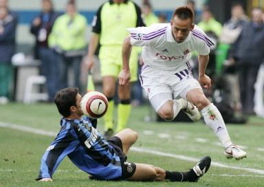 Pomocnik Fiorentiny Hidetoshi Nakata w walce o piłkę /AFP