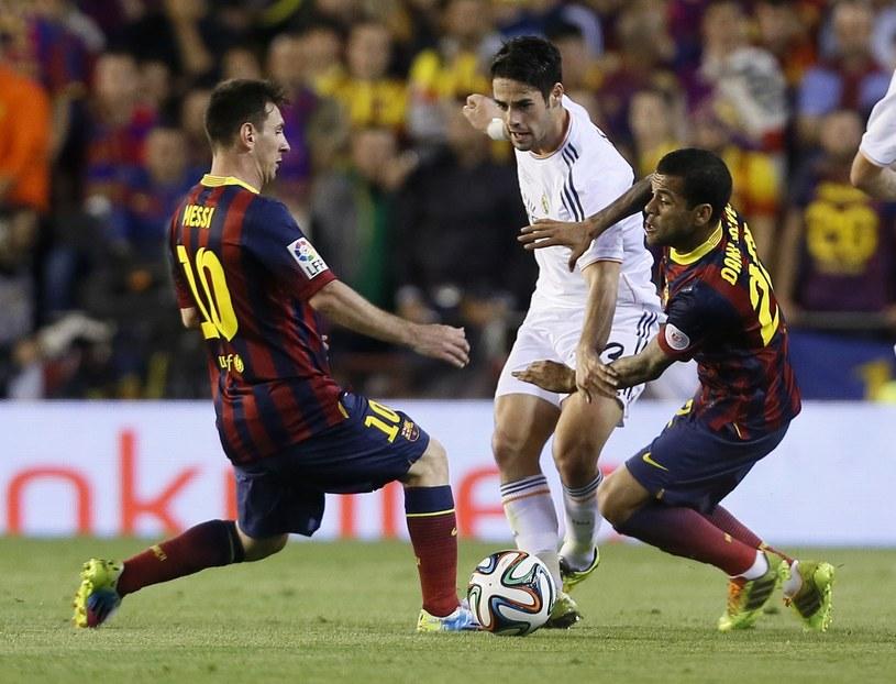Pomocnik Realu - Isco - walczy z Danim Alvesem i Lionelem Messim /AFP