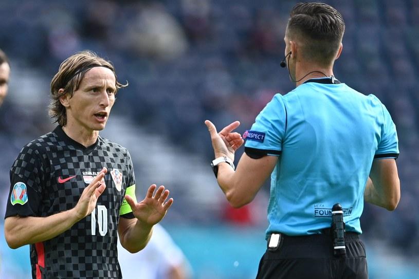 Pomocnik reprezentacji Chorwacji Luka Modrić i hiszpański sędzia Carlos Del Cerro Grande /PAUL ELLIS /AFP