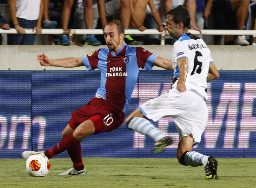 Pomocnik Trabzonsporu Adrian Mierzejewski (z lewej) podczas meczu z Apollonem /PAP/EPA