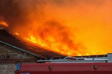 Pomorskie: Zawalił się dach płonącego budynku. W środku mogli być ludzie