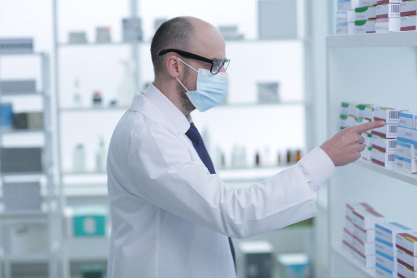Pomylić się może zarówno lekarz wypisujący lek, jak i wydający go farmaceuta /123RF/PICSEL