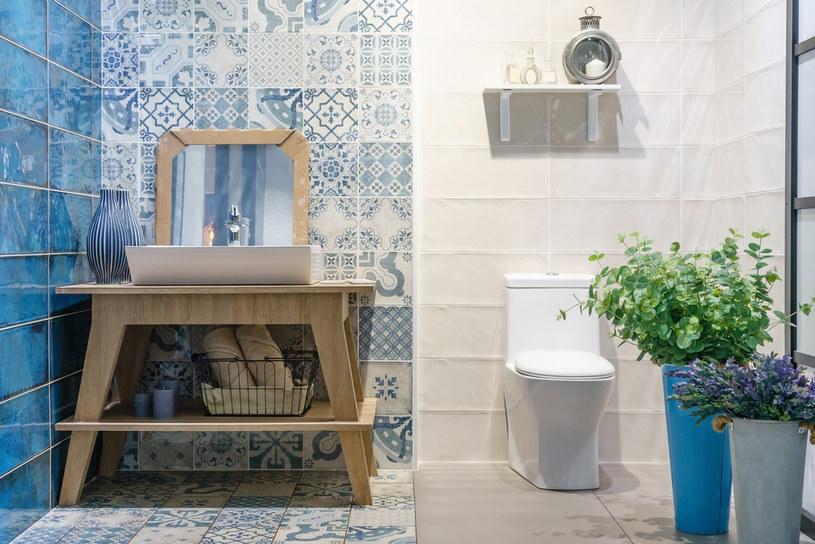 Pomysł na bogato zdobioną łazienkę zdobywa coraz więcej fanów /123RF/PICSEL