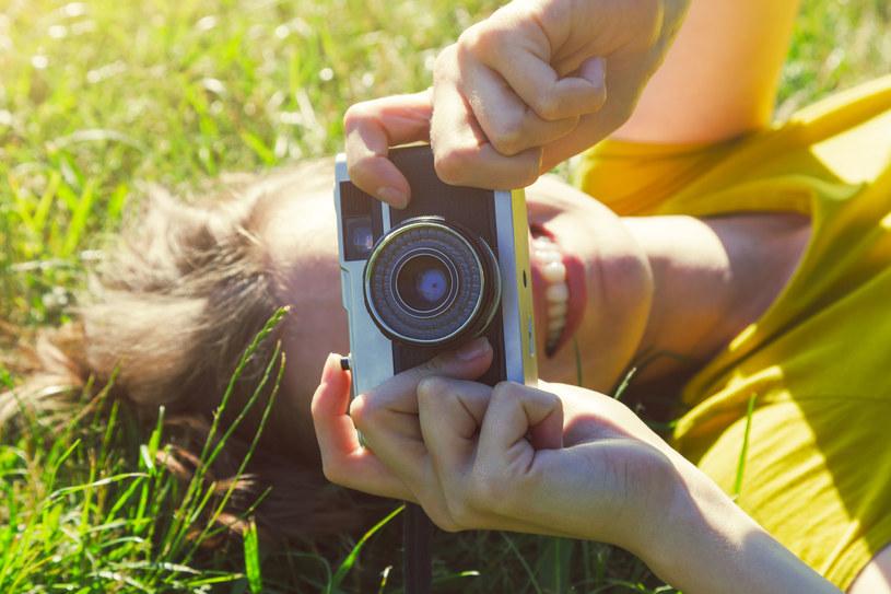 Pomysł na kreatywne zdjęcia z wakacji /123RF/PICSEL