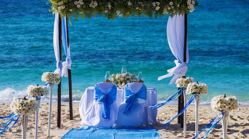 Pomysłów na miejsca ślubów jest niemal tak dużo, jak par młodych /123RF/PICSEL