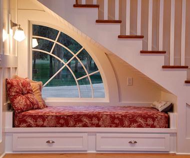 Pomysłowe zastosowania dla przestrzeni pod schodami