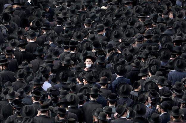 Ponad 10 tys. osób uczestniczyło w niedzielę w procesji pogrzebowej znanego ultraortodoksyjnego rabina /ABIR SULTAN /PAP/EPA