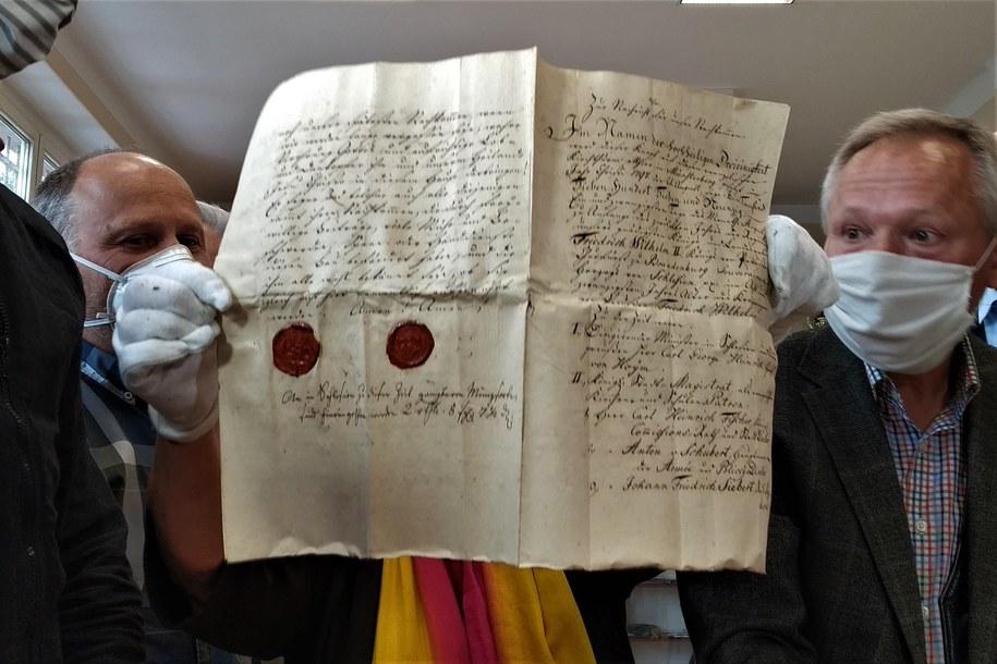 Ponad 200-letnie dokumenty w kapsule czasu w Ziębicach. Były ukryte w kościelnej wieży /Bartłomiej Paulus /RMF MAXXX