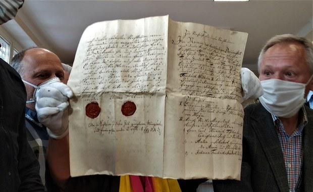 Ponad 200-letnie dokumenty w kapsule czasu w Ziębicach. Były ukryte w kościelnej wieży