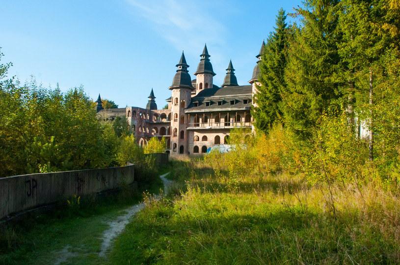 Ponad 5 tys. m² powierzchni, 12 wież, 52 sale, 365 okien. Rozmach, z jakim budowano zamek, oszałamia! /East News
