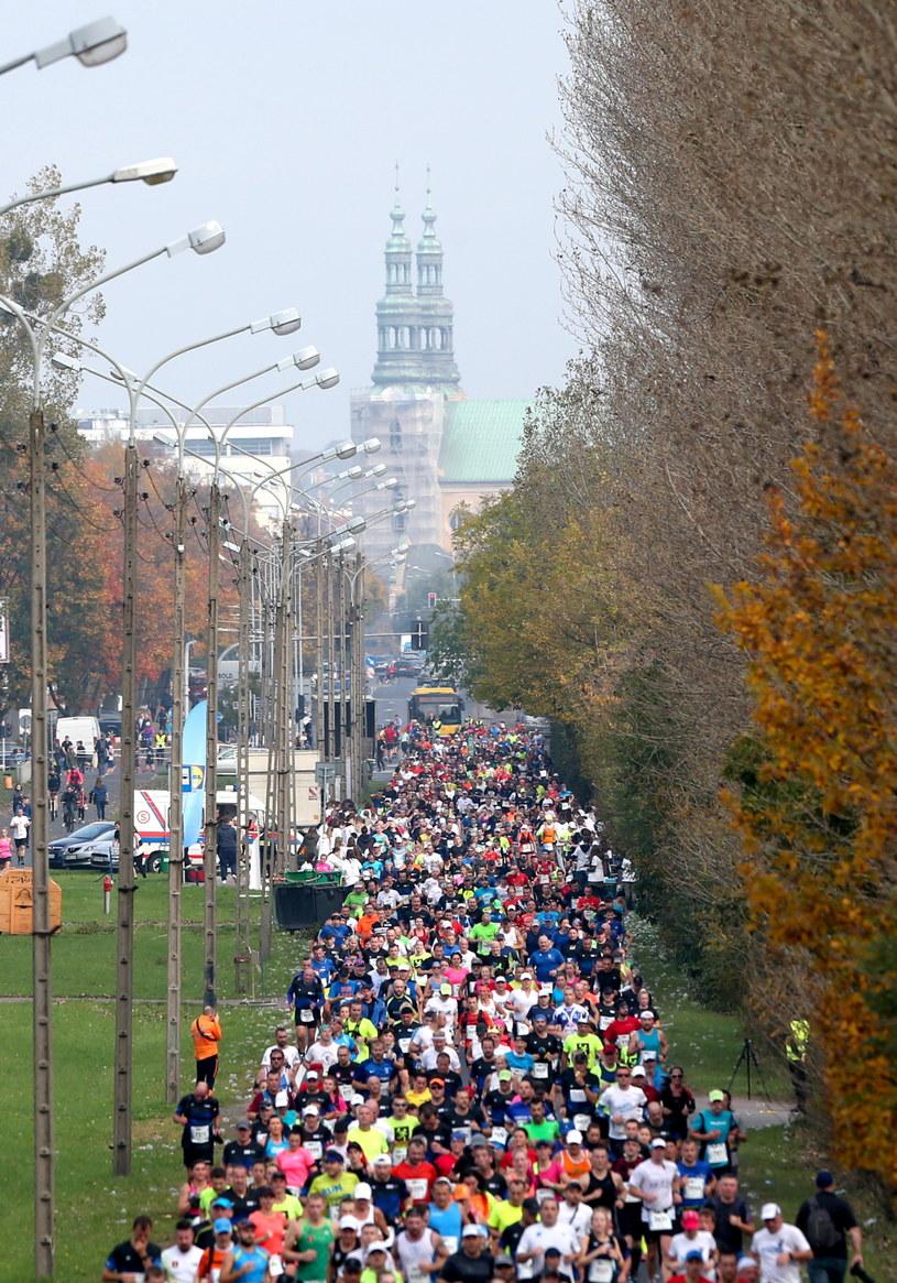 Ponad 6,5 tysiąca biegaczy wzięło udział w 18. Poznań Maratonie /Fot. Jakub Kaczmarczyk /PAP