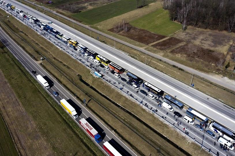 Ponad czterokilometrowa kolejka samochodów, busów i autobusów, których pasażerowie oczekują na przekroczenie polsko-ukraińskiego przejścia granicznego w Korczowej /Dariusz Delmanowicz    /PAP